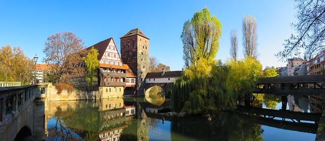 budovy u řeky