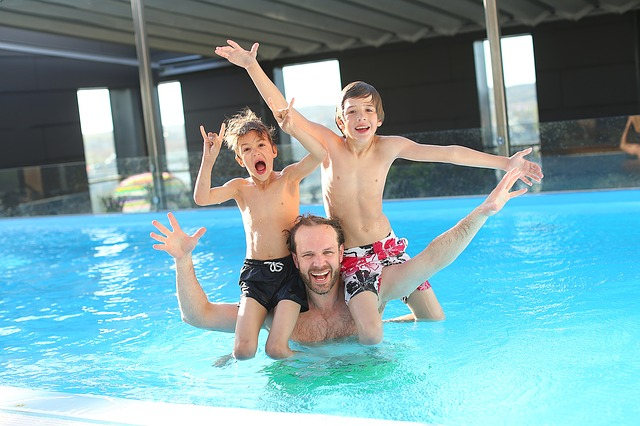 kluci s tátou v bazénu