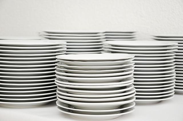 bílé talíře