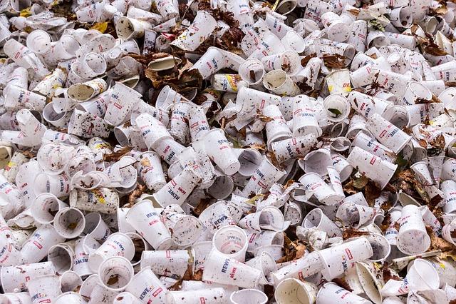 použité plastové šálky