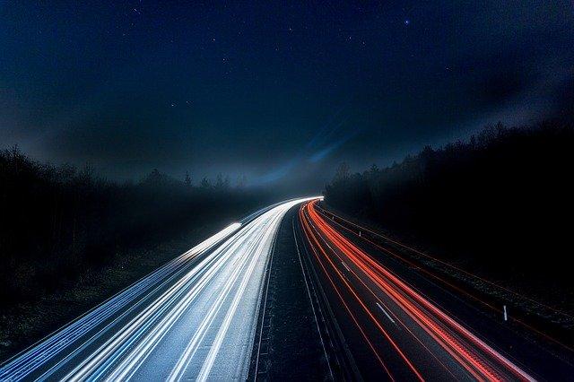 světla na dálnici v noci
